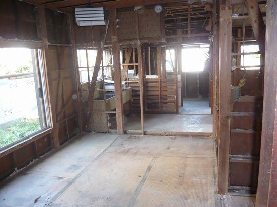 本体解体前に木材以外の造作物はすべて撤去します。