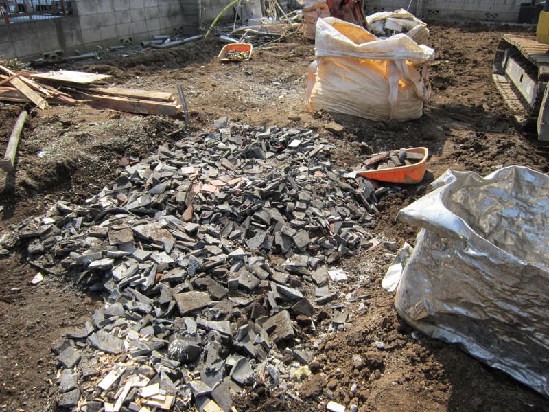 この様に土間や基礎の下に埋設物がある場合があります。協議の上撤去致します。