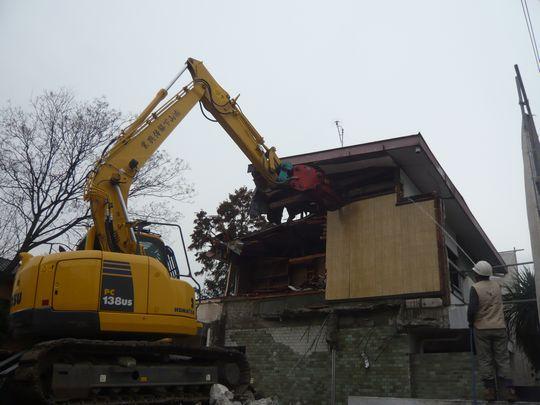 今回は、2階が木造ですので特に廃材が混ざらないように取り壊します。