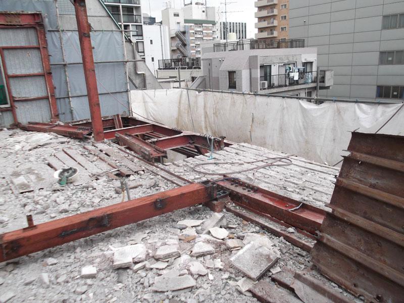 立地の関係上適切な重機による解体が困難な為鉄骨造でも手毀しにて解体します。