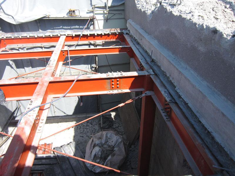 歩道から3mくらい鉄骨建物なので手毀しし重機の設置スペースを確保します。