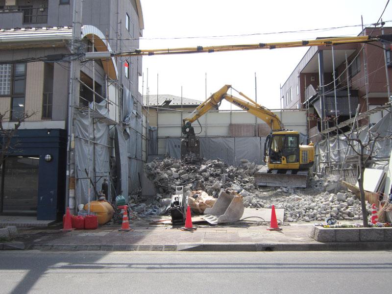 この後、キレイにコンクリートを片付け基礎解体になります。
