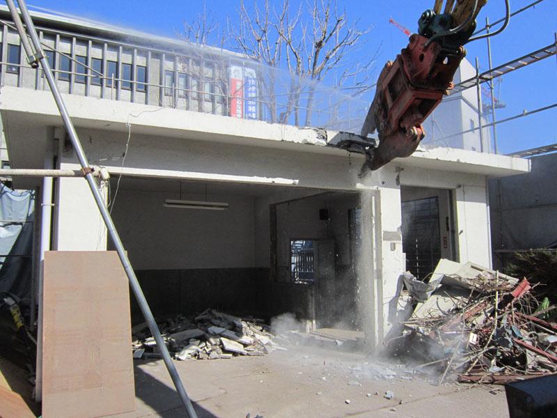 一階はコンクリート造でした。アタッチメントをコンクリート破砕機に変えて解体します。