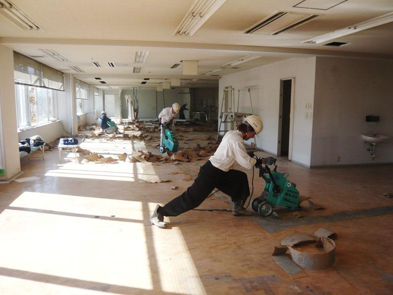 床の剥がしの際はSTAFF全員競っています。